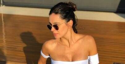 Esposa de Rodrigo Faro, Vera Viel impressiona com shape sarado usando biquíni branco