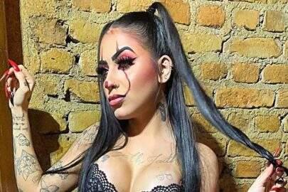 """Com figurino sexy, Mc Mirella abusa do decote em fantasia de Halloween: """"Palhacinha"""""""
