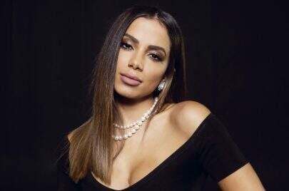 Casal fica noivo durante show de Anitta e cantora aproveita para mandar indireta para ex