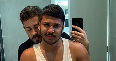 Carlinhos Maia beija marido pela primeira vez em público