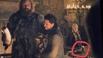 """Emilia Clarke, de """"Game of Thrones"""", finalmente revela quem deixou copo em cena da série"""