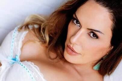 """Ousada, Núbia Oliiver surge de lingerie transparente: """"Viva"""""""