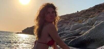 """Sem edição, Luciana Gimenez exibe corpão de biquíni: """"Cheia de areia no bumbum"""""""