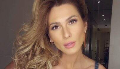 """Lívia Andrade posa com vestido colado e ostenta silhueta fininha: """"0 defeitos"""""""