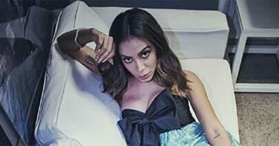 Anitta usa look inusitado para apresentar programa e debocha de fala de Léo Dias