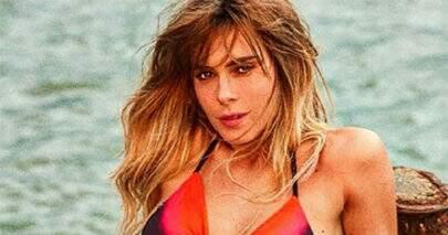 """Carolina Dieckmann exibe cintura fina em foto de biquíni e impressiona seguidores: """"20 aninhos"""""""