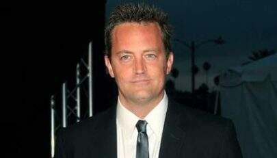 """Matthew Perry, Chandler de """"Friends"""", é visto em clima de romance com mulher"""