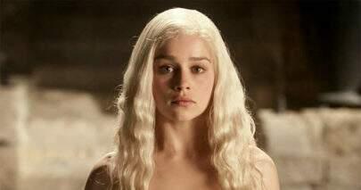"""Emilia Clarke, a Daenerys Targaryen, diz que foi pressionada a fazer cenas de nudez em """"Game of Thrones"""""""