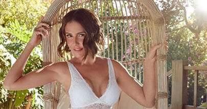 Deborah Secco posa de biquíni em cenário paradisíaco