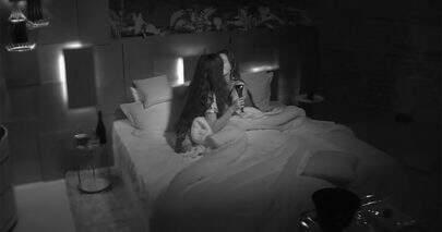 """""""De Férias com o Ex"""": Hana Khalil e Stéfani trocam beijos em noite quente e dão o que falar"""