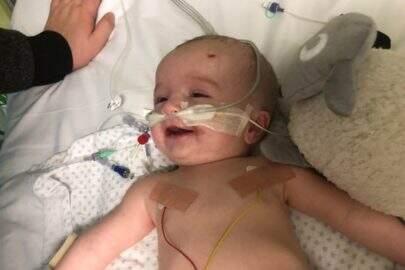 Após ficar 7 meses em coma, bebê acorda sorrindo e foto viraliza