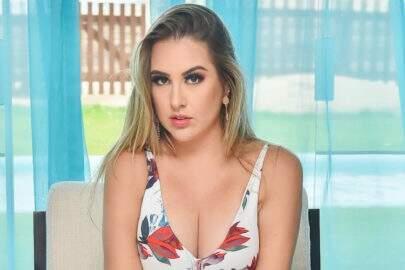 Ex-BBB Patrícia Leitte tira fita isolante e exibe marquinha