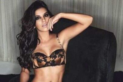 Com decote até o umbigo, Mariana Rios aposta na sensualidade e exibe pernão