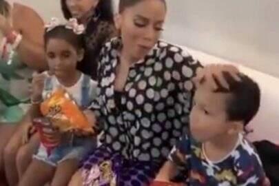 Anitta brinca ao limpar mão na cabeça de um menino e viraliza