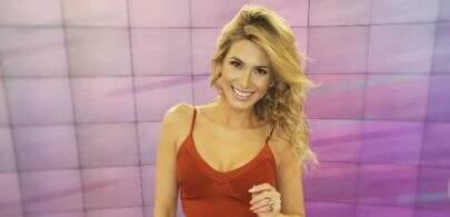 Na piscina, Lívia Andrade renova bronzeado e exibe boa forma