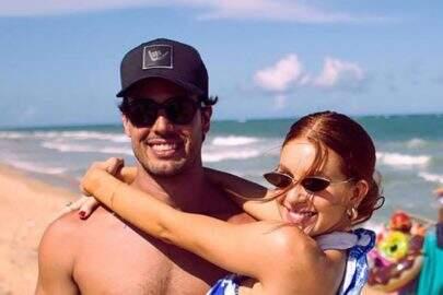 Marina Ruy Barbosa posa ao lado do marido e mão boba chama a atenção