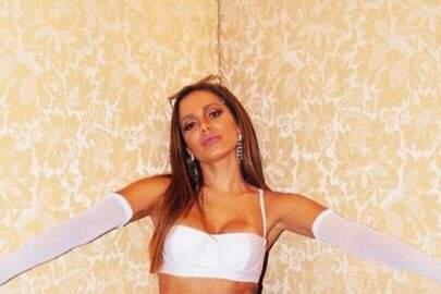 """Anitta usa look inusitado durante o """"Caldeirão de Ouro"""""""