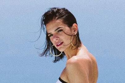 """Bruna Marquezine surge de maiô e faz carão: """"Começando essa semana com nostalgia"""""""