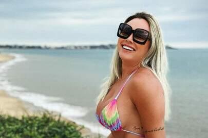 """Juju Salimeni aproveita praia com novo namorado: """"Fotos dele são as melhores"""""""