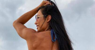 Gracyanne Barbosa posta foto na praia e gera comentários inusitados