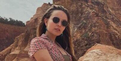 De maiô, Larissa Manoela rouba a cena na piscina