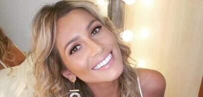 Lívia Andrade ostenta boa forma em clique no camarim