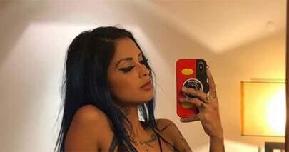 Tati Zaqui posa à vontade em frente ao espelho e chama atenção na web