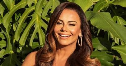 Viviane Araújo posa com modelito ousado de academia e ostenta boa forma fitness