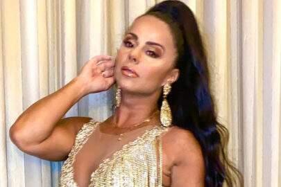 Viviane Araújo posa com modelito carnavalesco e comemora aniversário de escola de samba