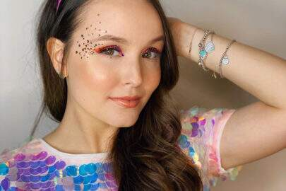 """Larissa Manoela posa à vontade na piscina e encanta seguidores: """"Uma sereia"""""""