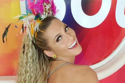 """Lívia Andrade agradece carinho em desfile com fotos inéditas: """"Família do Samba"""""""