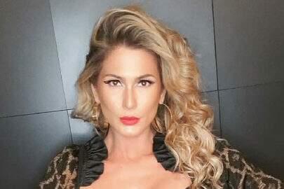 """Lívia Andrade posa de um jeito inusitado e fã dispara: """"Fiquei sem fôlego!"""""""