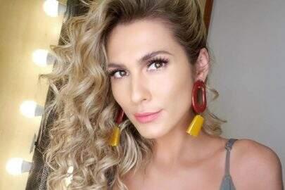 """Lívia Andrade posta selfie de figurino carnavalesco e fãs enlouquecem: """"Deusa"""""""