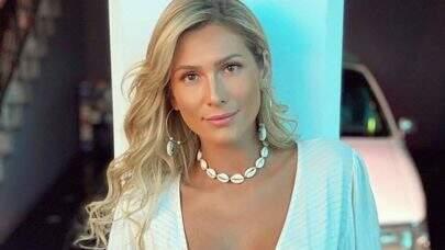 """Lívia Andrade exibe look carnavalesco e ostenta boa forma: """"Uma deusa!"""""""