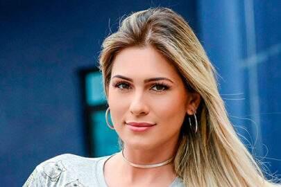 Lívia Andrade mostra vestido longo para o 'Fofocalizando'