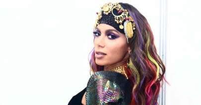 """Anitta compartilha sequência de cliques em cima do palco e hipnotiza: """"Mulherão"""""""