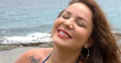 """Ex-BBB Maria Cláudia posa com prancha de surfe na praia: """"Sereia"""""""