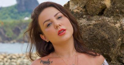 """Ex-BBB Maria Cláudia toma sol em praia do Guarujá e brinca: """"Energizadah"""""""
