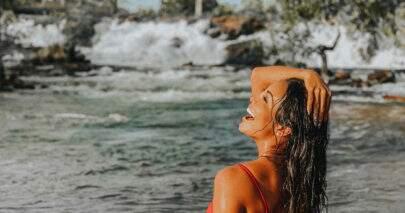 """Carol Nakamura esbanja bronzeado em foto na praia: """"Espetáculo de mulher"""""""