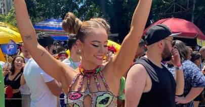 Paolla Oliveira encanta público com figurino colorido em bloco de Carnaval