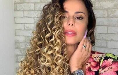 Em clima de carnaval, Viviane Araújo surge com look diferenciado e leva web à loucura