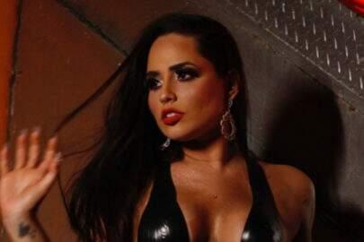 """Perlla faz pose ousada em clique e choca seguidores: """"Beleza sem igual"""""""