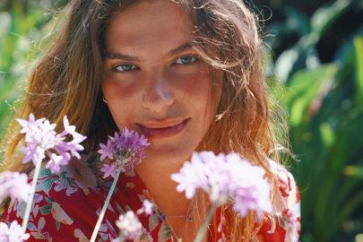"""Mariana Goldfarb posa deslumbrante em vestido brilhante e surpreende: """"Uma belezura"""""""