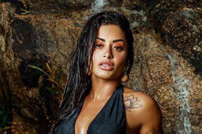 "Aline Riscado se refresca na cachoeira e exibe boa forma em biquíni neon: ""Lavando a alma"""
