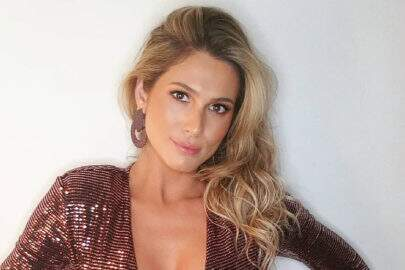 """Lívia Andrade posa deslumbrante em sequência de fotos no carro: """"Felicidade"""""""