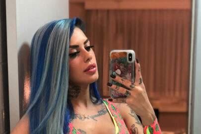 Tati Zaqui faz selfie ousada no espelho e encanta fãs ao exibir shape natural