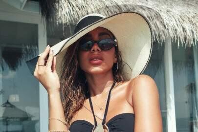 De maiô aberto, Anitta posa em cenário paradisíaco e leva web à loucura
