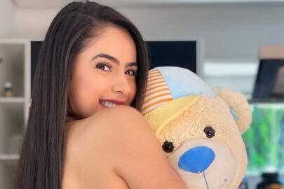 """Juliana Caetano, do Bonde do Forró, abraça urso de pelúcia: """"Vamos brincar?"""""""