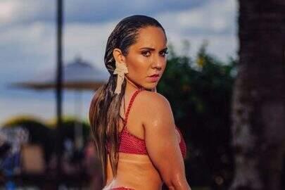 Mulher Melão compartilha momento fazendo alongamento e quebra a internet
