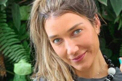 Gabriela Pugliesi surge com maiô diferenciado e ostenta corpo definido